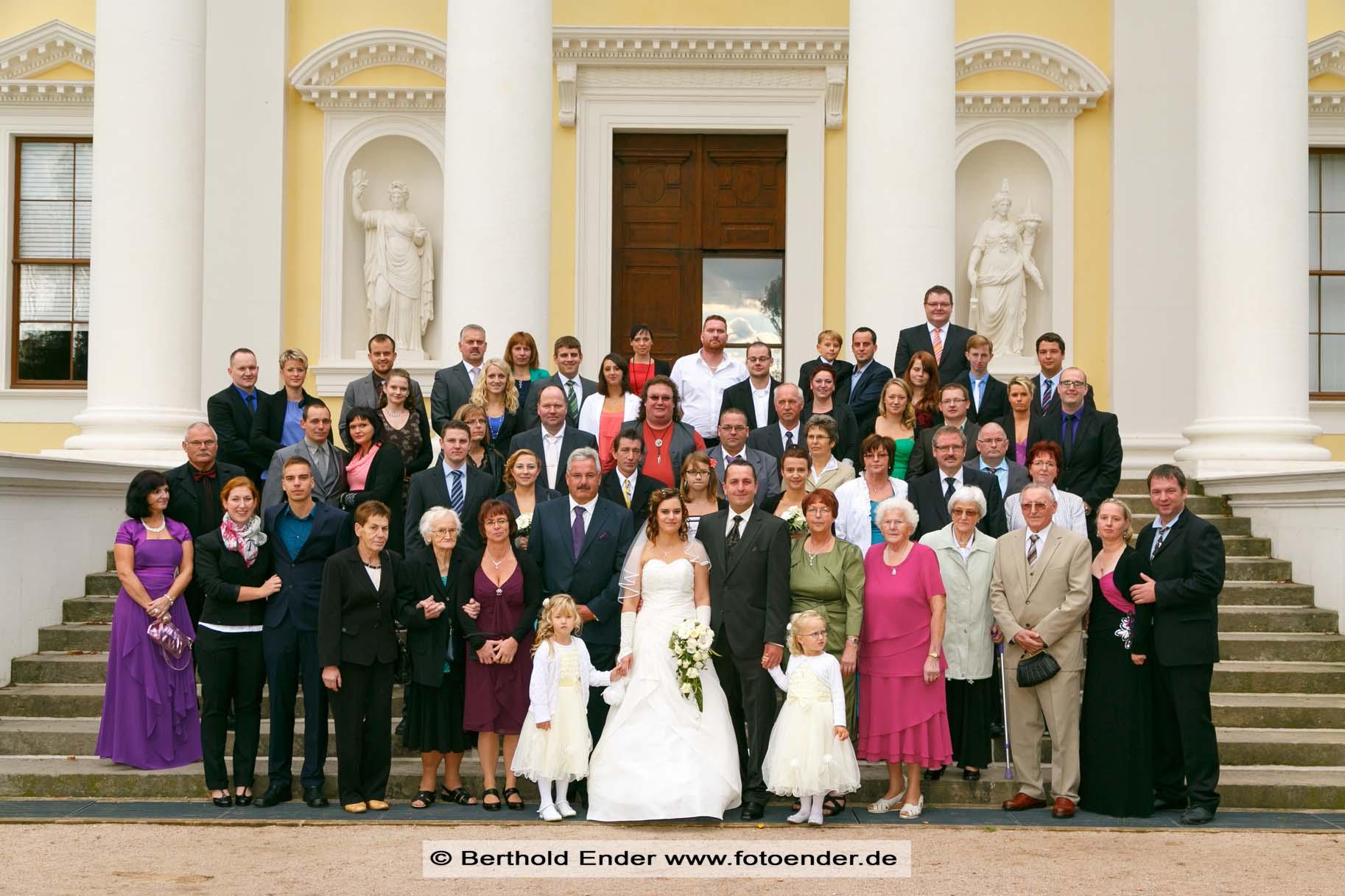 Hochzeits-Gruppenbild in Wörlitz: Fotostudio Ender