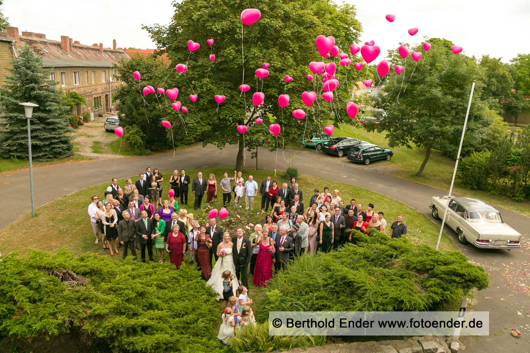 Hochzeits-Gruppenbild im Herrenhaus in Muldenstein - Fotostudio Ender Oranienbaum-Wörlitz