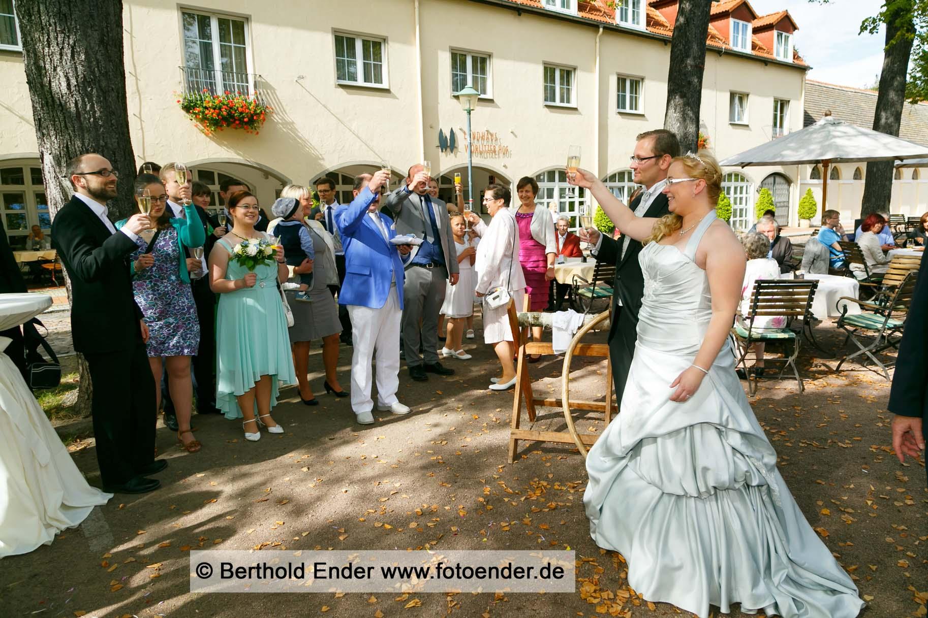Sektempfang nach dem Standesamt in Wörlitz