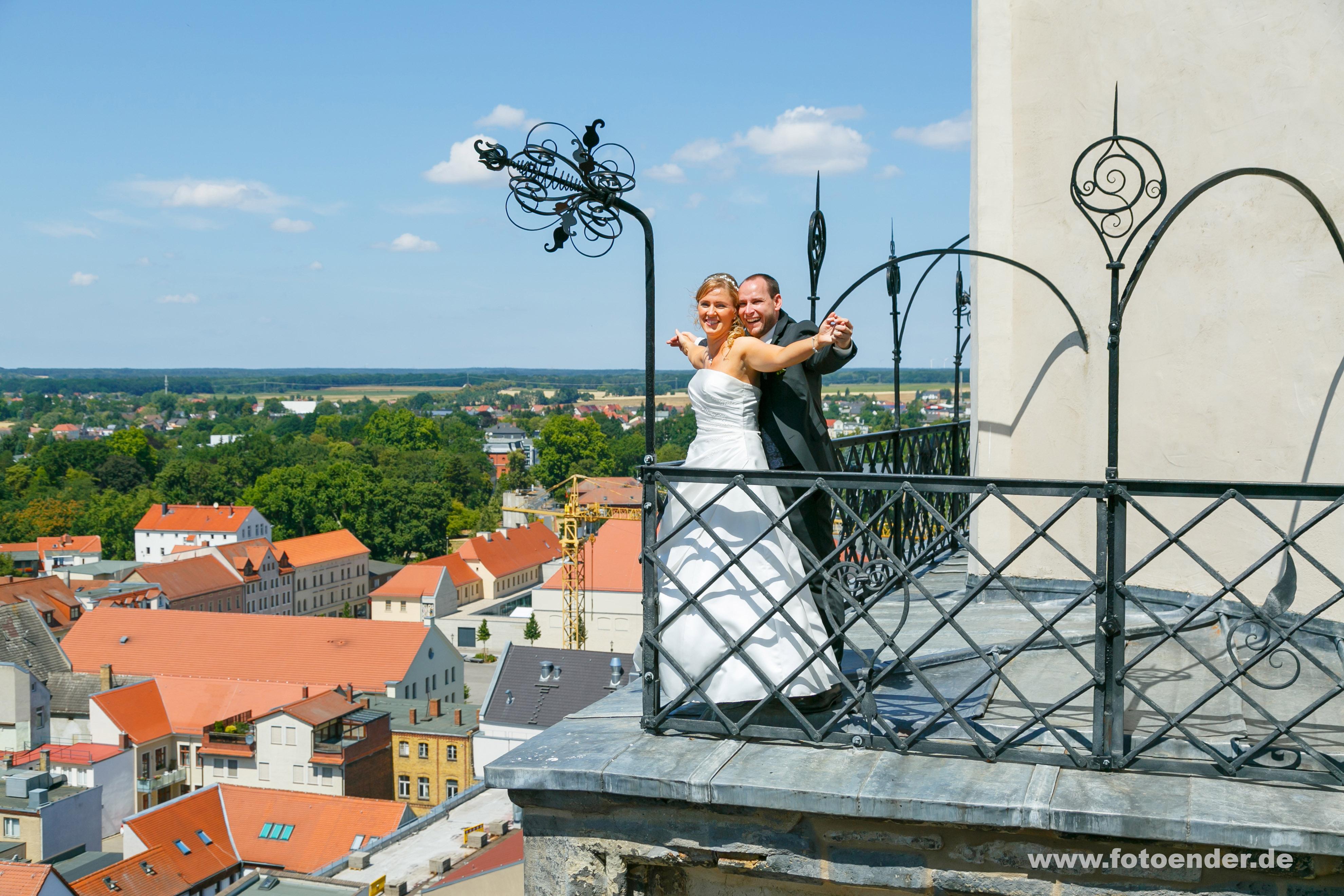 Brautpaar auf den Türmen der Stadtkirche Wittenberg