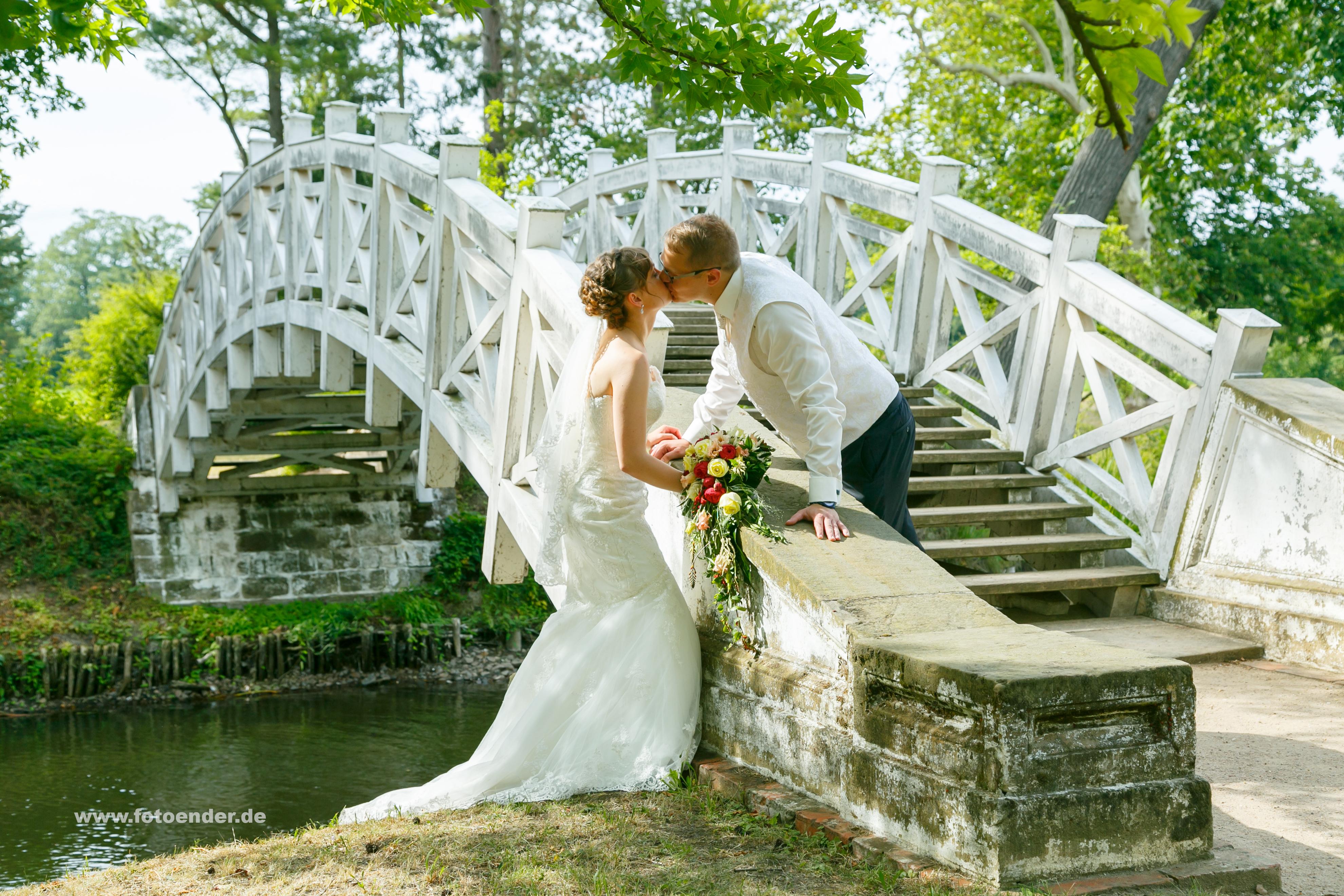 Brautpaar an der Weißen Brücke im Wörlitzer Park